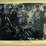 atatürk annesinin mezarı başında