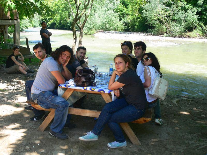 ırmak kenarında piknik
