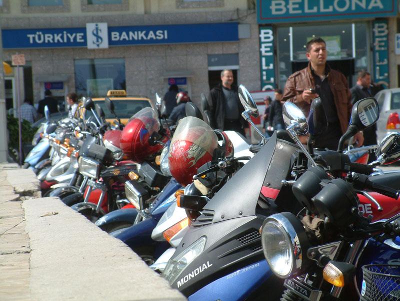 şehir merkezinde motosiklet