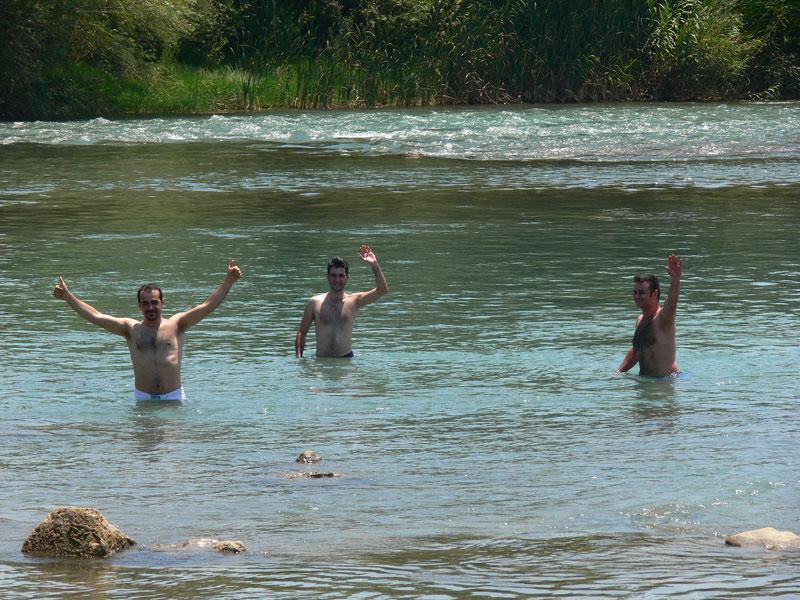 derede yüzen gençler