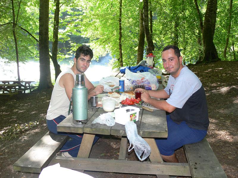 göl kıyısında kahvaltı