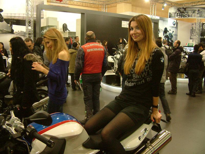 motosiklet fuarında modeller